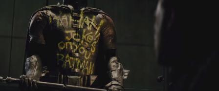 Le tag que laisse le Joker sur le costume de Batman - © Warner Bros