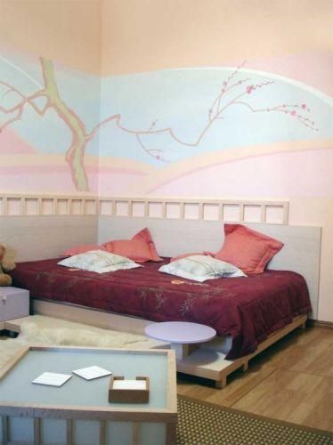 интерьер комнаты кровать с подиумом.