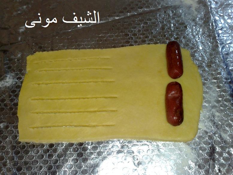 هنبدأ نفردها عشان نشكلها واول حشوة عملتها بالسوسيس وشكلت العجينة