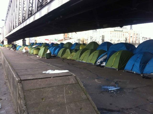 Ah, ces immigrés qui viennent profiter de la générosité du système français ! Ici le campement de la chapelle.