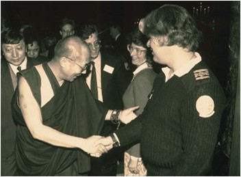Paul Watson serrant la main du Dalaï-Lama.