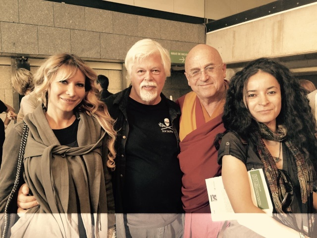 De gauche à droite : Yana Rusinovich militante de SSCS et épouse de Paul Watson, Paul Watson, Matthieu Ricard principal représentant du bouddhisme en France et Lamya Essemlali.