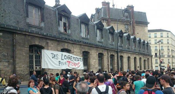 Les soutiens devant la caserne Chateau-Landon occupée.